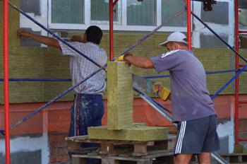 Приклеивание базальтовой ваты на фасад
